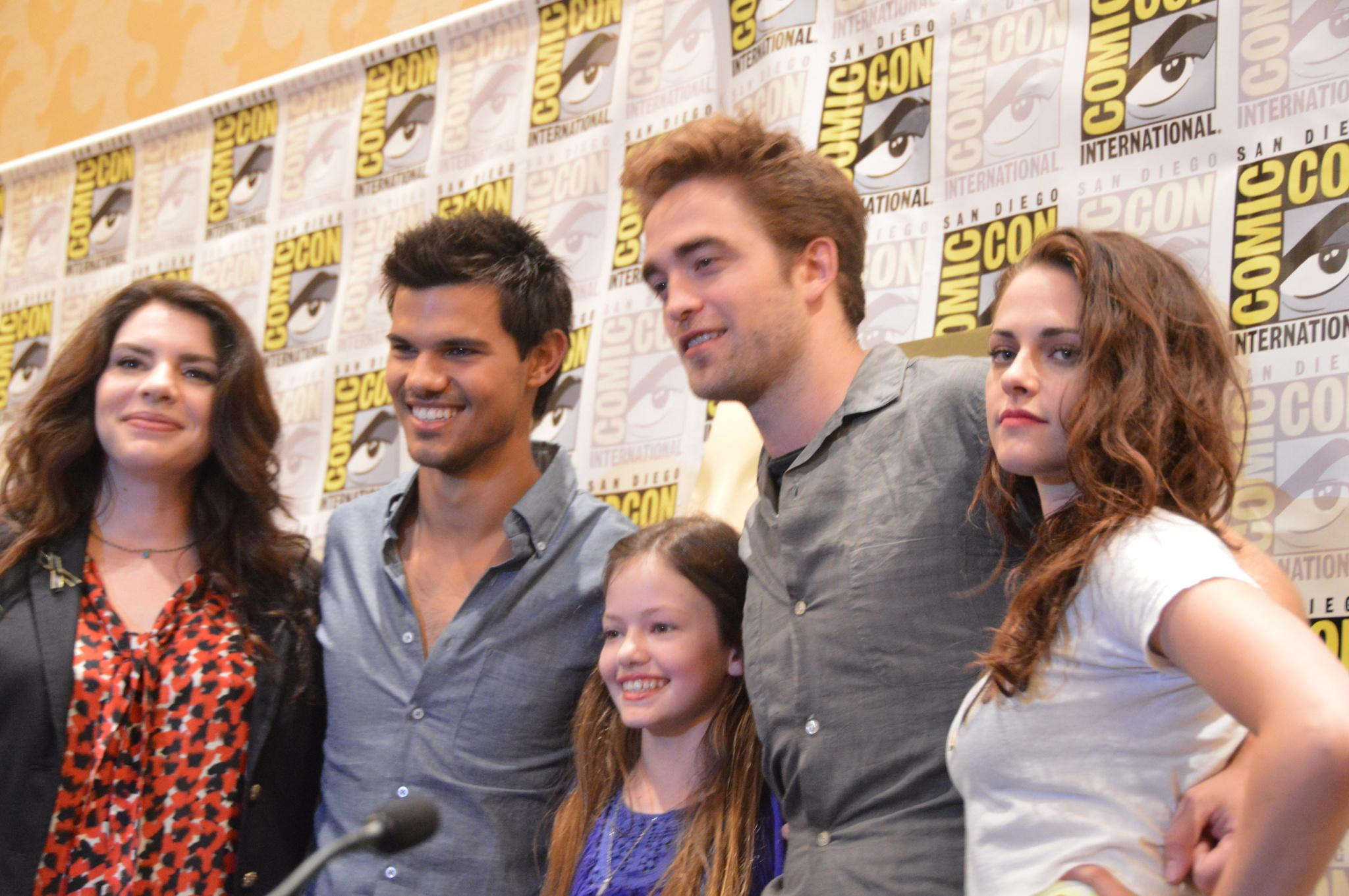 taylor-lautner,-robert-pattinson,-stephenie-meyer-and-mackenzie-foy-at-event-of-the-twilight-saga_-breaking-dawn-part-2-large-picture